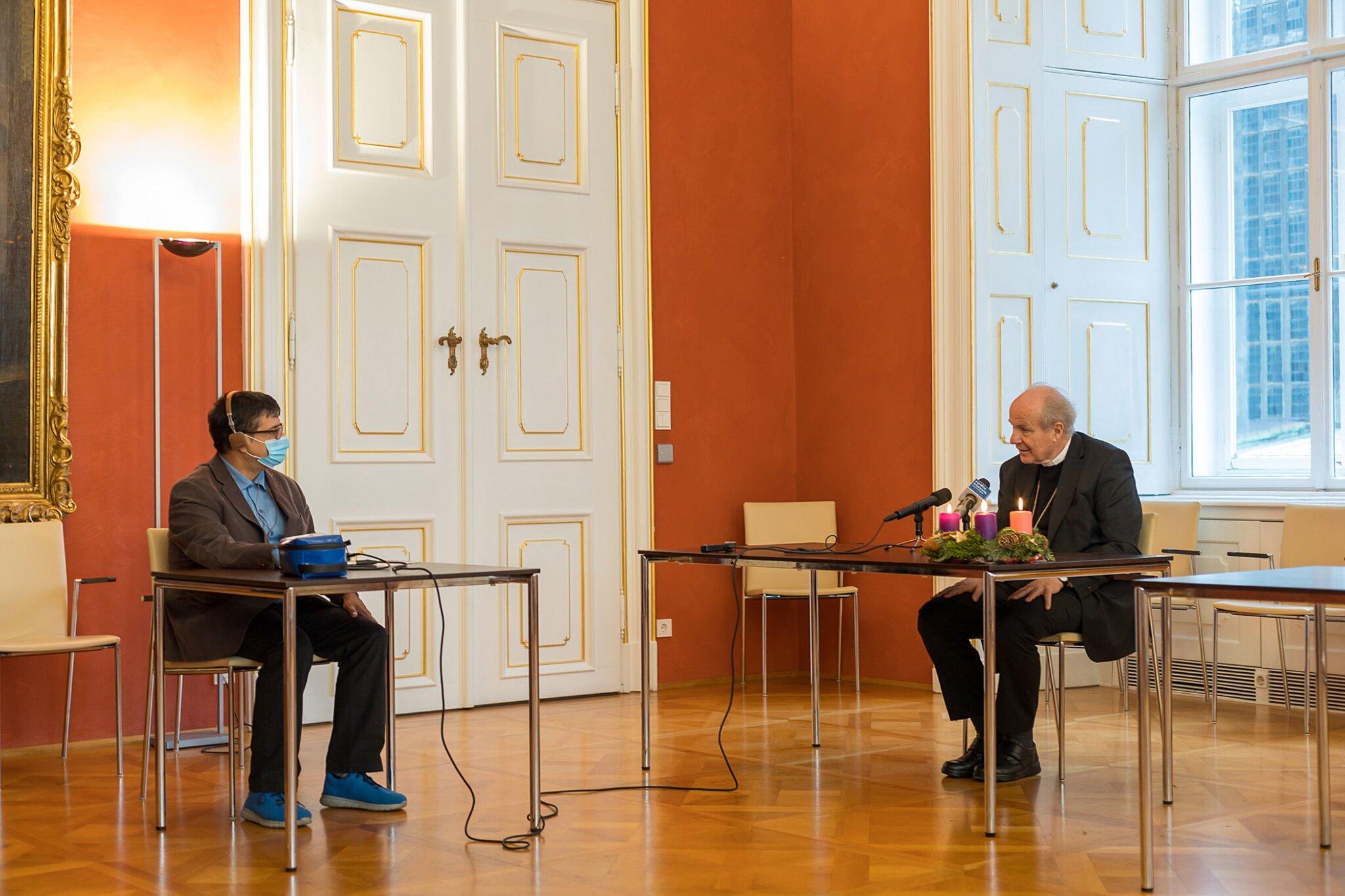 Kardinal Christoph Schönborn mit Redakteur Stefan Hauser
